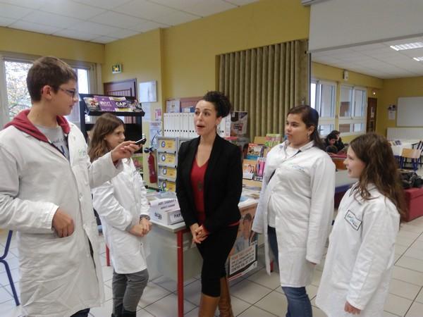 Mme baroudi et lles reporters du collège